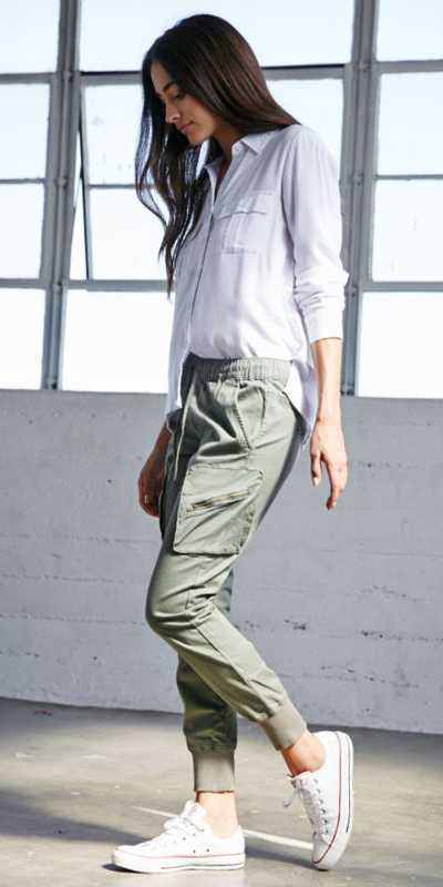 white-collared-shirt-white-shoe-sneakers-brun-green-olive-joggers-pants-howtowear-fashion-spring-summer-weekend.jpg
