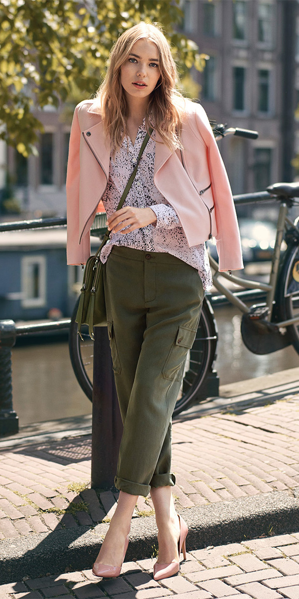 how-to-style-green-olive-joggers-pants-pink-light-top-blouse-blonde-green-bag-pink-shoe-pumps-pink-light-jacket-moto-cargo-fall-winter-fashion-lunch.jpg