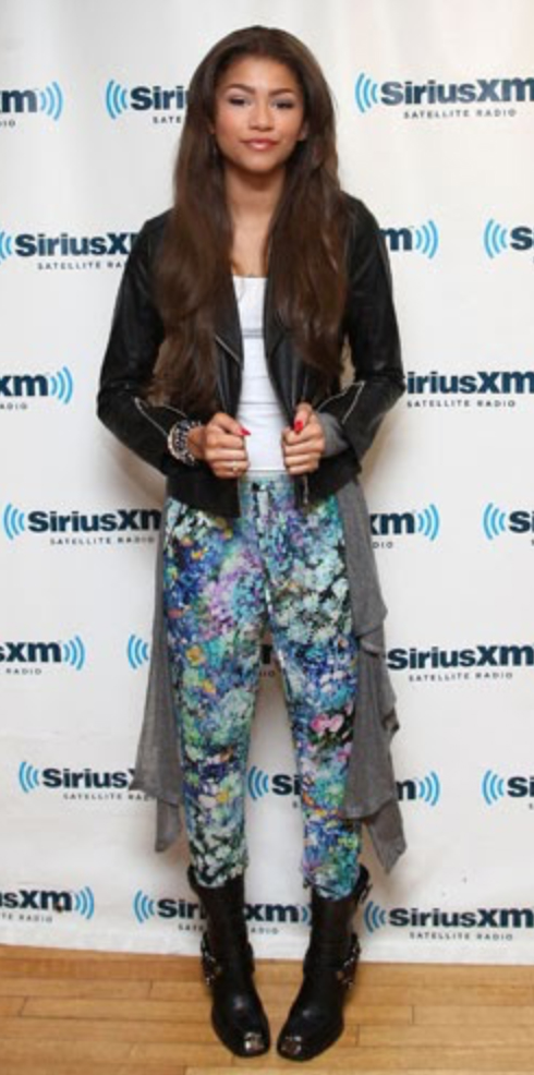 blue-med-joggers-pants-zprint-white-top-tank-black-jacket-moto-black-shoe-booties-bracelet-wear-style-fashion-fall-winter-brun-zendaya-celebrity-lunch.jpg