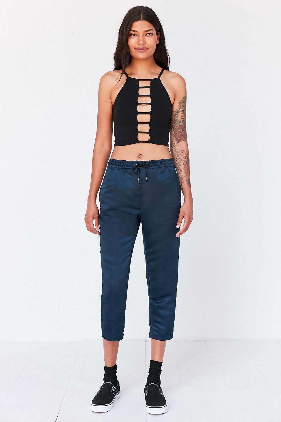 blue-navy-joggers-pants-black-top-crop-socks-wear-style-fashion-spring-summer-black-shoe-sneakers-brun-weekend.jpg
