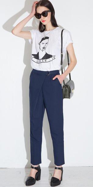 blue-navy-joggers-pants-white-graphic-tee-sun-black-shoe-pumps-black-bag-fall-winter-brun-weekend.jpg
