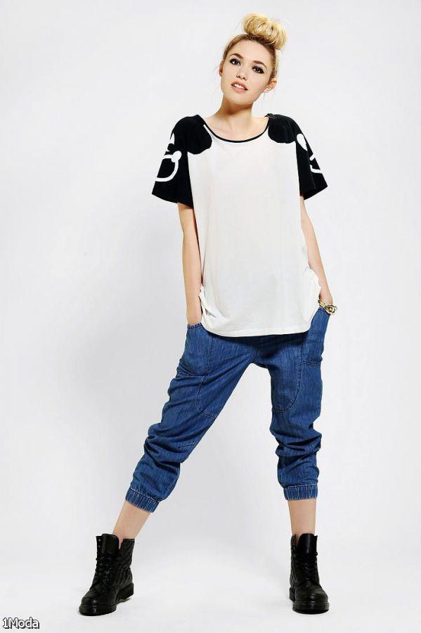 blue-navy-joggers-pants-white-top-bun-wear-style-fashion-spring-summer-black-shoe-booties-blonde-lunch.jpg