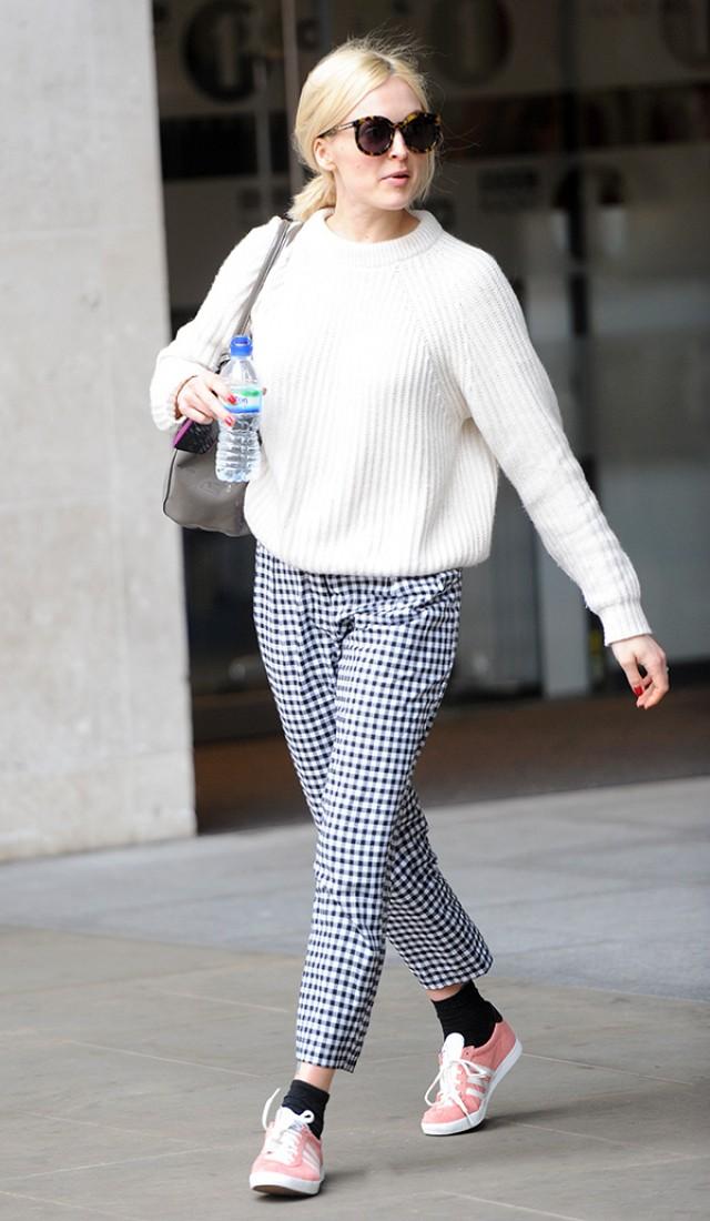 blue-navy-joggers-pants-zprint-white-sweater-pink-shoe-sneakers-pony-sun-wear-style-fashion-spring-summer-blonde-gingham-socks-weekend.jpg