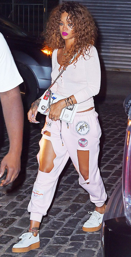 white-joggers-pants-white-tee-white-bag-necklace-wear-style-fashion-spring-summer-white-shoe-sneakers-hairr-rihanna-weekend.jpg