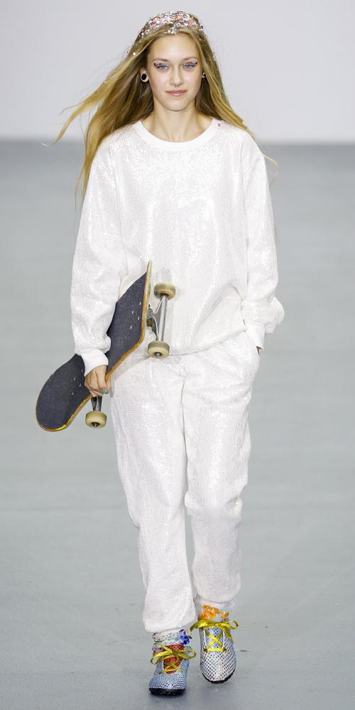 white-joggers-pants-white-sweater-sweatshirt-blue-shoe-sneakers-wear-style-fashion-spring-summer-blonde-monochromatic-outfit-weekend.jpg