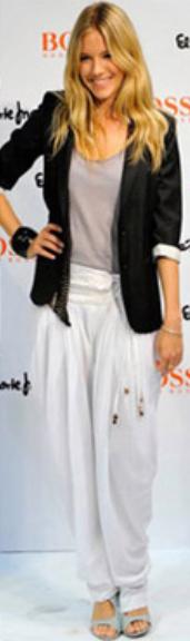 white-joggers-pants-gray-tee-black-jacket-blazer-wear-style-fashion-spring-summer-siennamiller-blonde-lunch.jpg