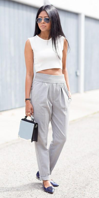 grayl-joggers-pants-white-top-crop-black-shoe-loafers-sun-black-bag-howtowear-fashion-style-outfit-spring-summer-brun-lunch.jpg