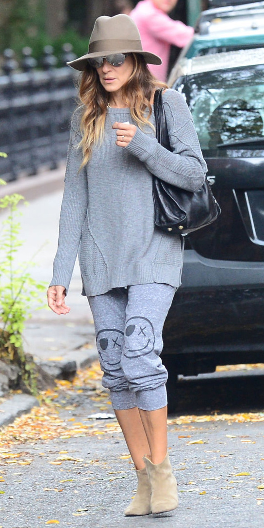 grayl-joggers-pants-grayl-sweater-sun-hat-wear-style-fashion-spring-summer-tan-shoe-booties-sarajessicaparker-hairr-weekend.jpg