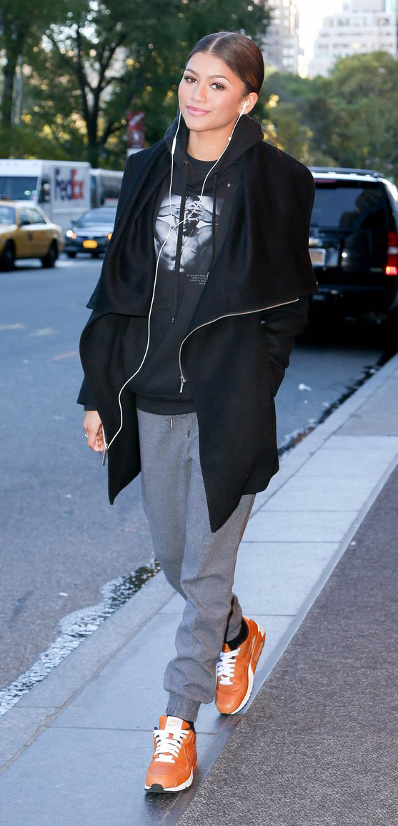 grayl-joggers-pants-black-sweater-black-jacket-coat-orange-shoe-sneakers-bun-howtowear-fashion-style-outfit-fall-winter-sweats-graphic-sweatshirt-hoodie-brun-zendaya-weekend.jpg