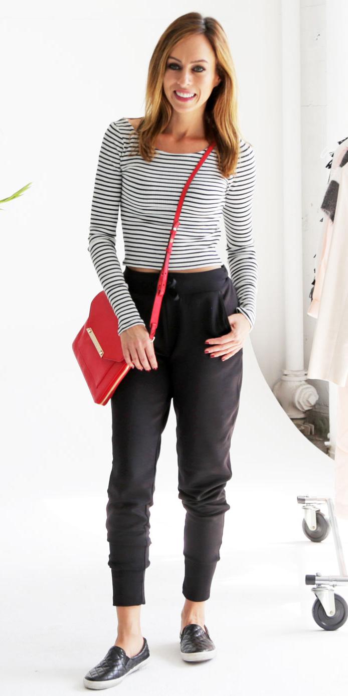 white-tee-stripe-red-bag-hairr-black-shoe-sneakers-black-joggers-pants-fall-winter-weekend.jpg