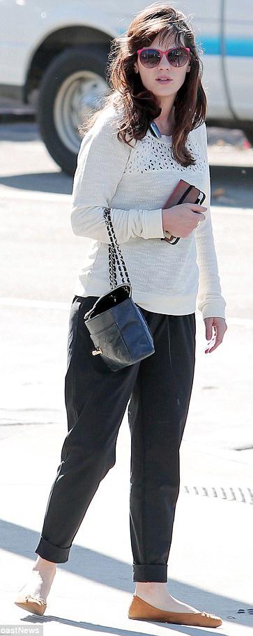 black-joggers-pants-white-sweater-cognac-shoe-flats-sun-zooeydeschanel-brun-fall-winter-weekend.jpg