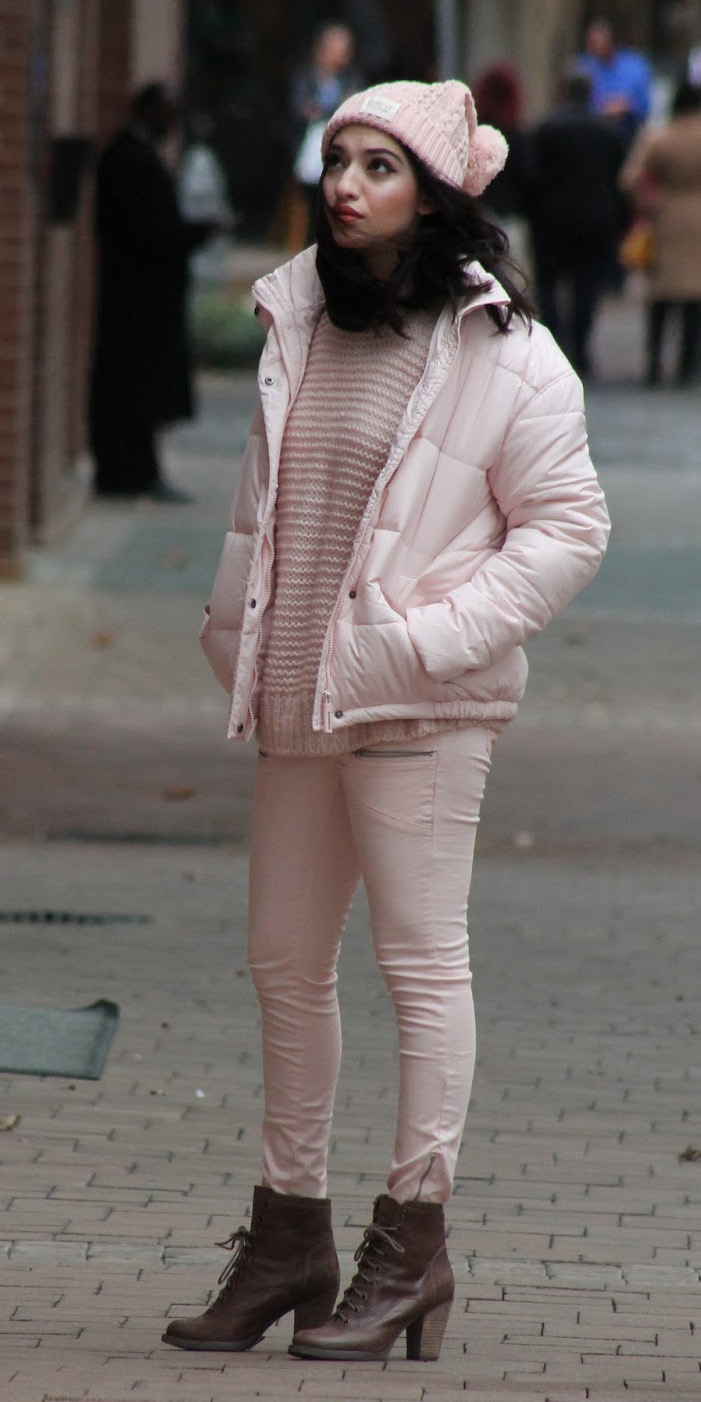 pink-light-skinny-jeans-pink-light-sweater-mono-beanie-brown-shoe-booties-pink-light-jacket-coat-puffer-fall-winter-brun-weekend.JPG