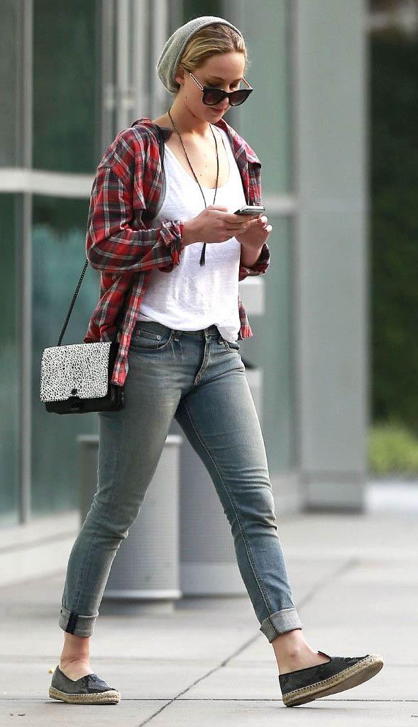 blue-light-skinny-jeans-white-tee-red-plaid-shirt-black-shoe-flats-black-bag-beanie-sun-necklace-jenniferlawrence-style-fall-winter-blonde-weekend.jpg