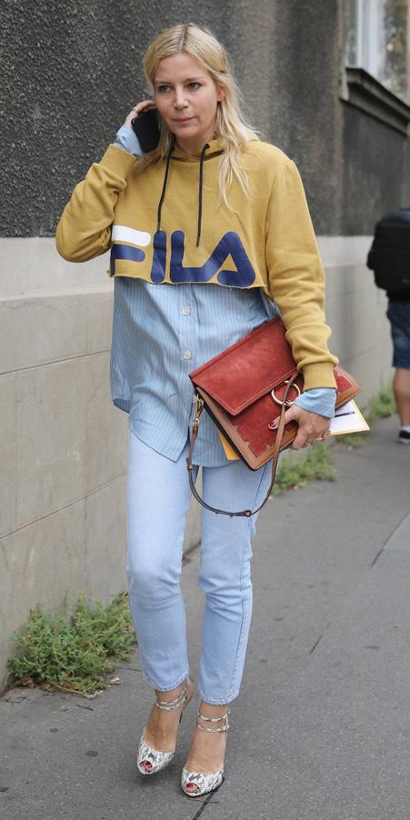 blue-light-skinny-jeans-yellow-sweater-sweatshirt-hoodie-cognac-bag-graphic-blonde-white-shoe-sandalh-fall-winter-lunch.jpg
