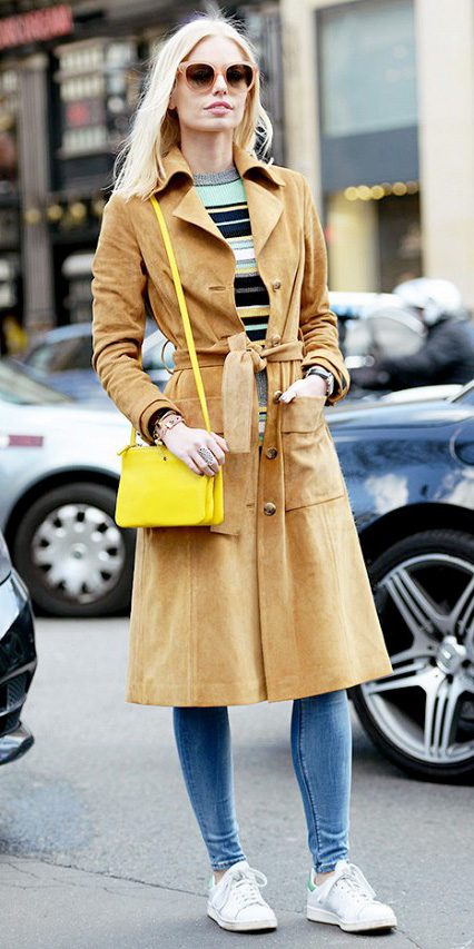 blue-light-skinny-jeans-green-light-sweater-stripe-camel-jacket-coat-trench-yellow-bag-sun-white-shoe-sneakers-howtowear-fashion-style-outfit-blonde-fall-winter-blonde-lunch.jpg