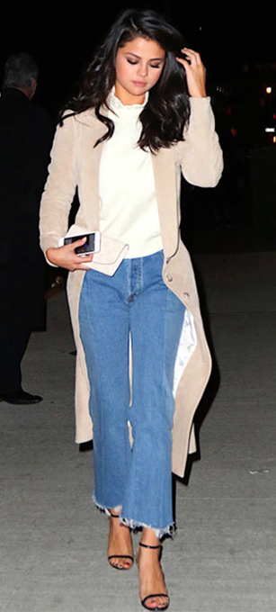 blue-light-crop-jeans-white-top-turtleneck-tan-jacket-coat-trench-black-shoe-sandalh-white-bag-clutch-selena-gomez-wear-fashion-style-spring-summer-khaki-celebrity-brun-classic-dinner.jpg