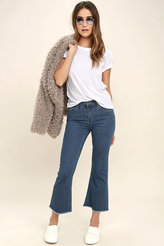 blue-med-crop-jeans-white-tee-white-shoe-sneakers-sun-grayl-jacket-coat-fur-fuzz-fall-winter-hairr-weekend.jpg