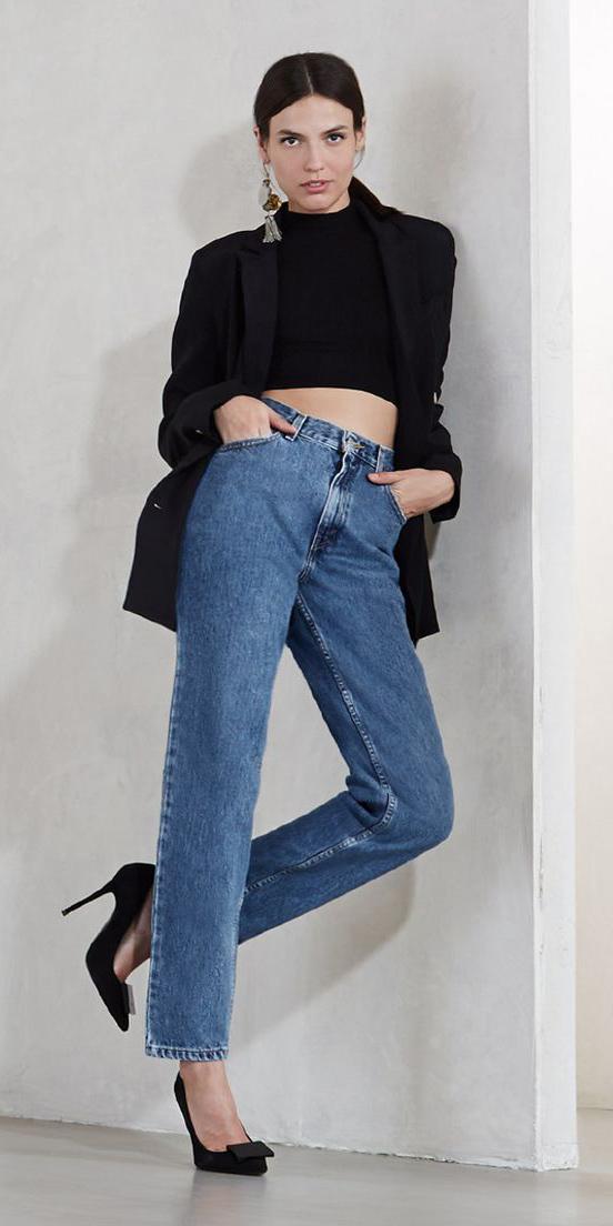 how-to-style-blue-med-crop-jeans-black-crop-top-hairr-earrings-black-shoe-pumps-black-jacket-blazer-fall-winter-fashion-lunch.jpg