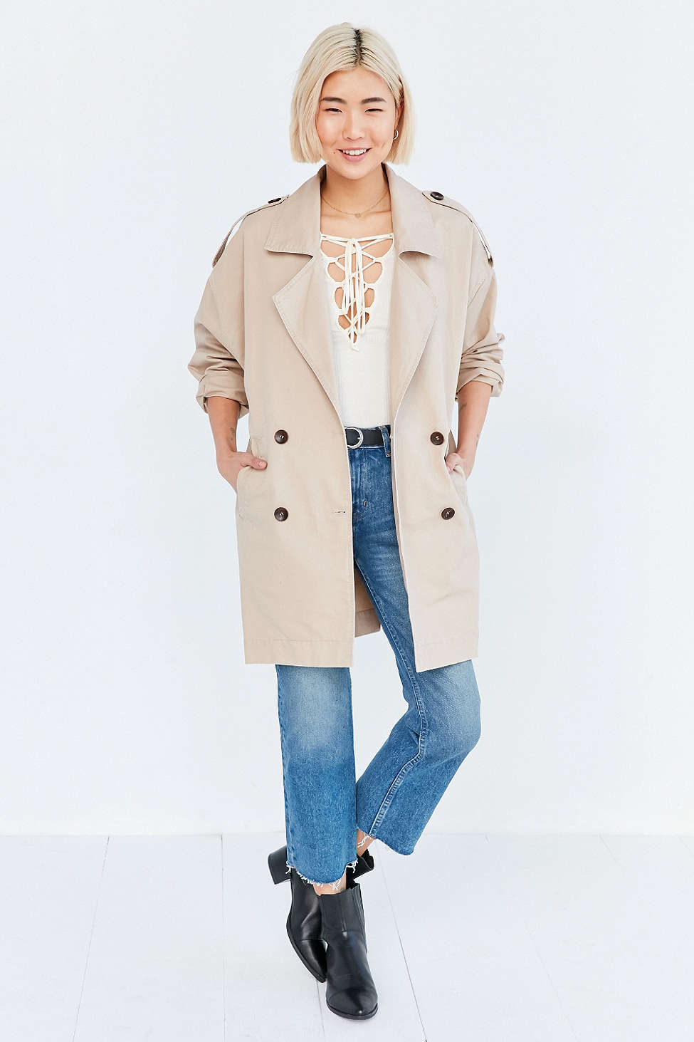 blue-med-crop-jeans-white-top-belt-black-shoe-booties-howtowear-fashion-style-outfit-fall-winter-tan-jacket-coat-trench-basic-urbanoutfitters-blonde-weekend.jpg