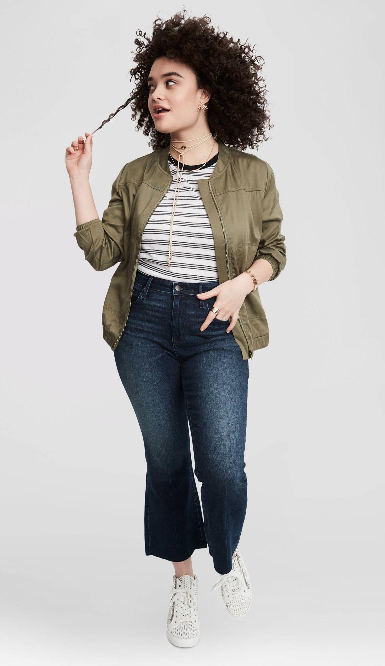 blue-navy-crop-jeans-white-shoe-sneakers-black-tee-stripe-green-olive-jacket-bomber-choker-howtowear-fashion-style-outfit-spring-summer-brun-weekend.jpg