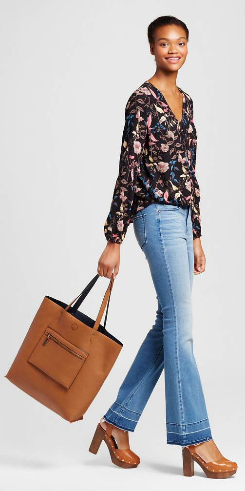 blue-light-flare-jeans-black-top-blouse-print-cognac-shoe-sandalh-cognac-bag-tote-bun-wear-fashion-style-fall-winter-brun-lunch.jpg