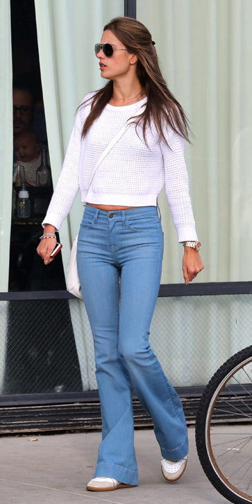 blue-light-flare-jeans-white-sweater-white-shoe-sneakers-sun-wear-fashion-style-spring-summer-alessandraambrosio-brun-weekend.jpg