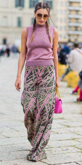 green-emerald-wideleg-pants-print-pink-light-sweater-sleeveless-pink-bag-braids-sun-hairr-spring-summer-lunch.jpg