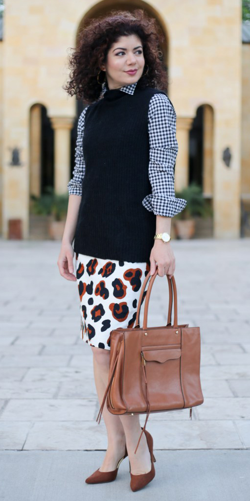 white-pencil-skirt-mixprints-black-collared-shirt-gingham-black-sweater-sleeveless-cognac-bag-cognac-shoe-pumps-brun-fall-winter-work.jpg
