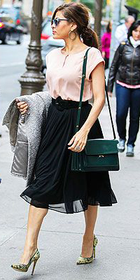 black-midi-skirt-r-pink-light-top-hoops-green-bag-pony-evamendes-howtowear-fashion-style-outfit-fall-winter-brun-work.jpg