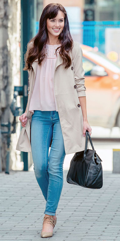blue-med-skinny-jeans-pink-light-top-brun-black-bag-tan-shoe-pumps-tan-jacket-coat-trench-spring-summer-lunch.jpg