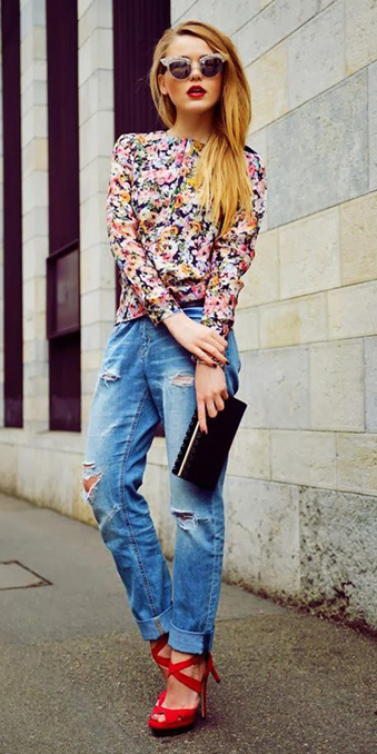 blue-light-boyfriend-jeans-pink-light-top-blouse-floral-blonde-sun-red-shoe-sandalh-black-bag-clutch-wear-spring-summer-outfit-dinner.jpg