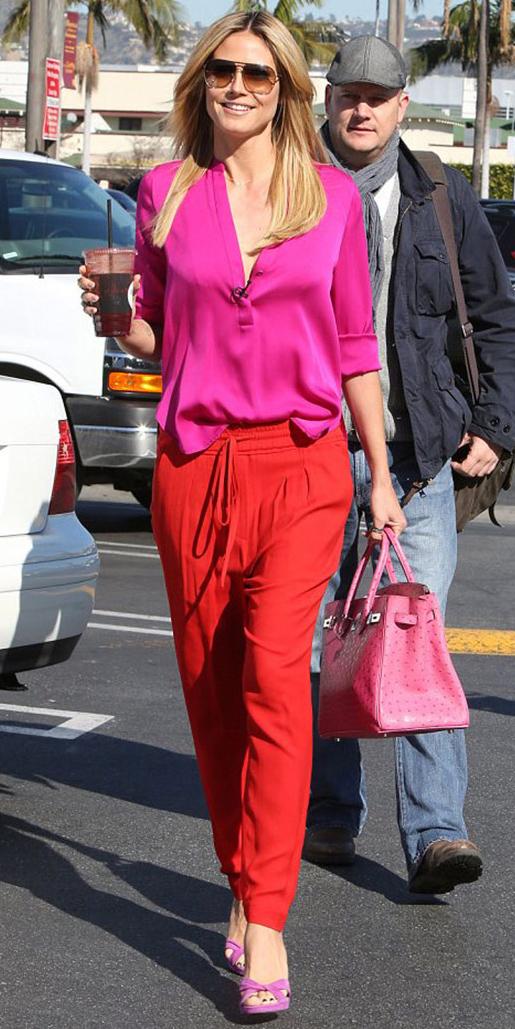 red-joggers-pants-pink-bag-magenta-shoe-sandalh-blonde-sun-heidiklum-pink-magenta-top-blouse-spring-summer-lunch.jpg