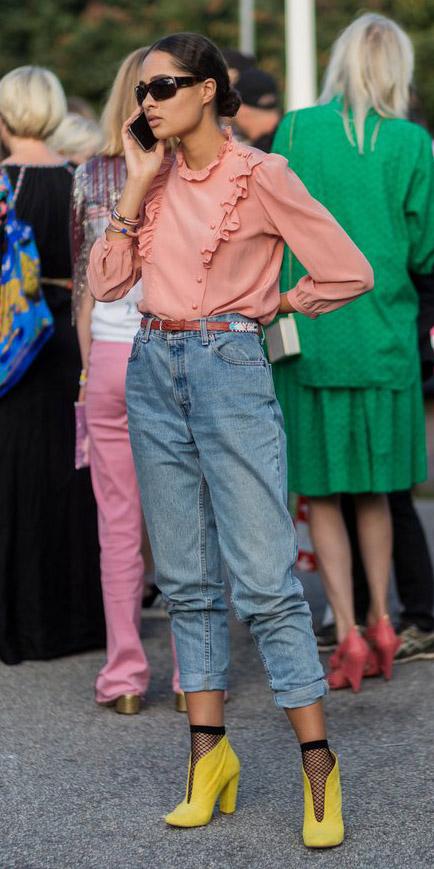 blue-light-boyfriend-jeans-peach-top-blouse-belt-bun-yellow-shoe-pumps-fishnet-socks-spring-summer-brun-lunch.jpg