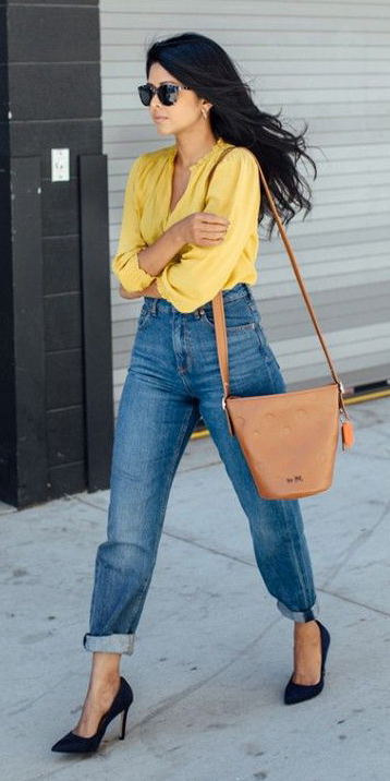 blue-med-boyfriend-jeans-yellow-top-blouse-cognac-bag-brun-sun-black-shoe-pumps-fall-winter-lunch.jpg