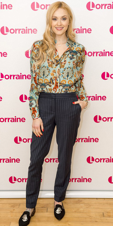 blue-navy-slim-pants-pinstripe-green-light-top-blouse-black-shoe-loafers-fearnecotton-blonde-fall-winter-dinner.jpg