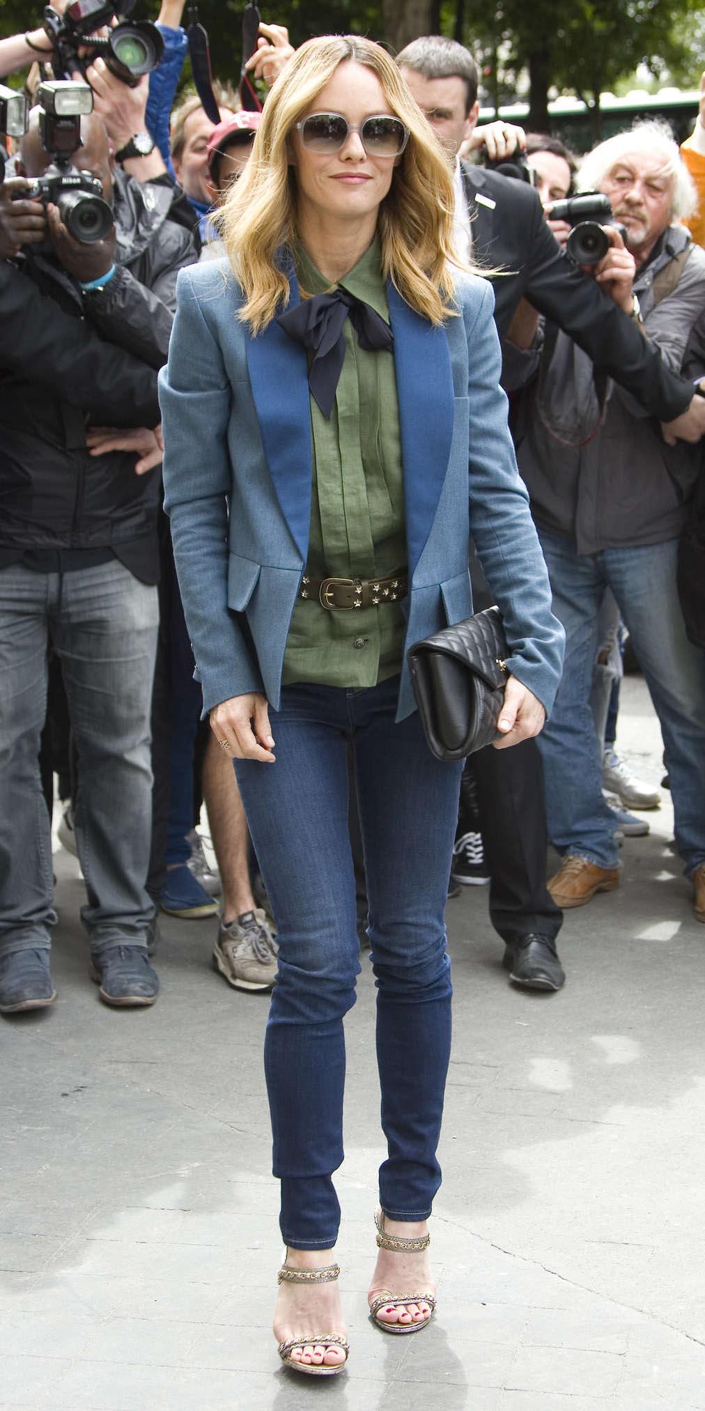 blue-navy-skinny-jeans-green-olive-top-howtowear-style-fashion-spring-summer-blue-med-jacket-blazer-black-bag-clutch-sun-vanessaparadis-chanel-blonde-work.jpg