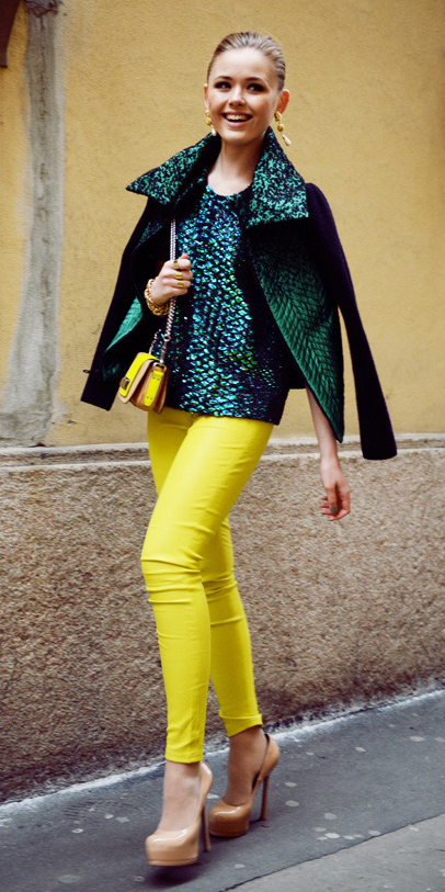 yellow-skinny-jeans-earrings-bun-yellow-bag-tan-shoe-pumps-green-emerald-top-green-emerald-jacket-coat-spring-summer-blonde-dinner.jpg