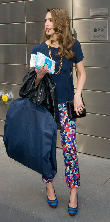blue-navy-slim-pants-blue-navy-top-necklace-blue-shoe-pumps-black-bag-chain-jessicaalba-print-summer-hairr-lunch.jpg