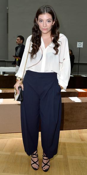 blue-navy-culottes-pants-white-top-blouse-lorde-black-shoe-sandalh-spring-summer-hairr-dinner.jpg