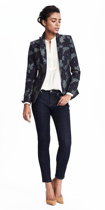 blue-navy-skinny-jeans-white-top-blouse-wear-outfit-fashion-fall-winter-tan-shoe-pumps-blue-navy-jacket-blazer-bun-brun-work.jpg