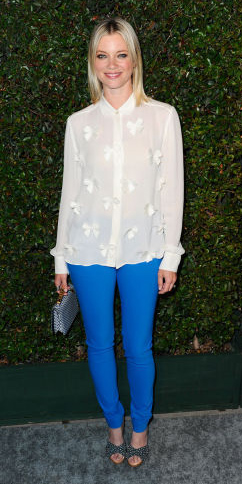 blue-med-skinny-jeans-white-top-blouse-gray-shoe-pumps-bun-howtowear-fashion-style-outfit-blonde-spring-summer-dinner.jpg