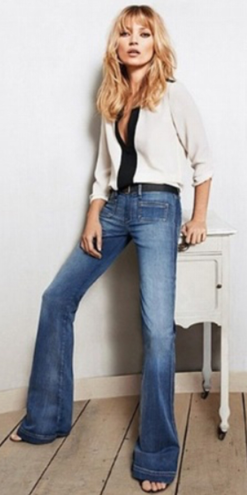 blue-med-flare-jeans-white-top-blouse-belt-black-shoe-sandalh-wear-fashion-style-spring-summer-blonde-katemoss-lunch.jpg