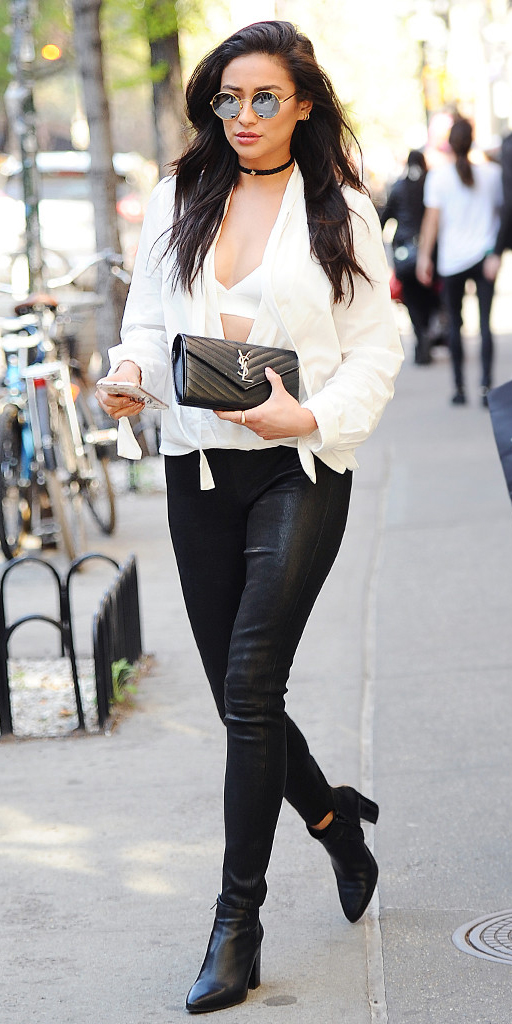 black-skinny-jeans-white-top-blouse-choker-sun-black-shoe-booties-black-bag-clutch-shaymitchell-howtowear-fashion-style-outfit-fall-winter-brun-dinner.jpg