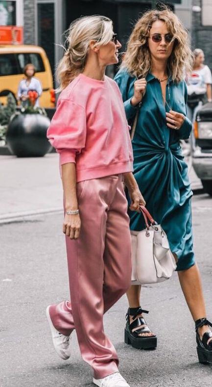 pink-light-wideleg-pants-pink-light-sweater-sweatshirt-blonde-white-bag-white-shoe-sneakers-fall-winter-lunch.jpg