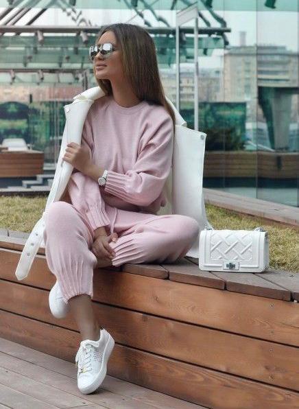 pink-light-joggers-pants-pink-light-sweater-sweatshirt-watch-hairr-sun-white-shoe-sneakers-white-bag-white-jacket-coat-fall-winter-weekend.jpg