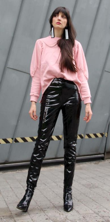black-skinny-jeans-patent-leather-white-earrings-pink-light-sweater-sweatshirt-brun-black-shoe-booties-fall-winter-dinner.jpg