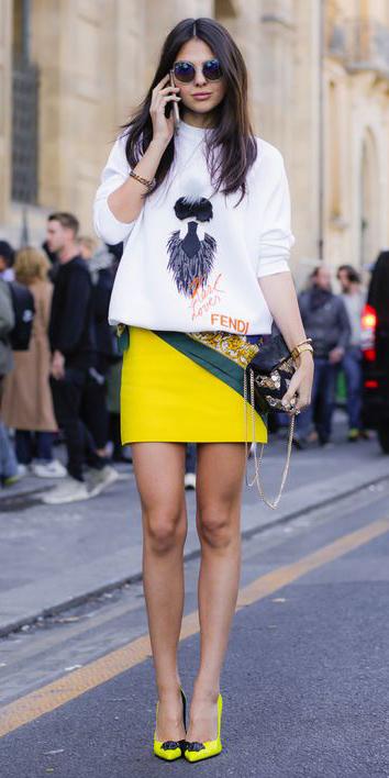 yellow-mini-skirt-white-sweater-sweatshirt-graphic-yellow-shoe-pumps-sun-brun-black-bag-spring-summer-lunch.jpg