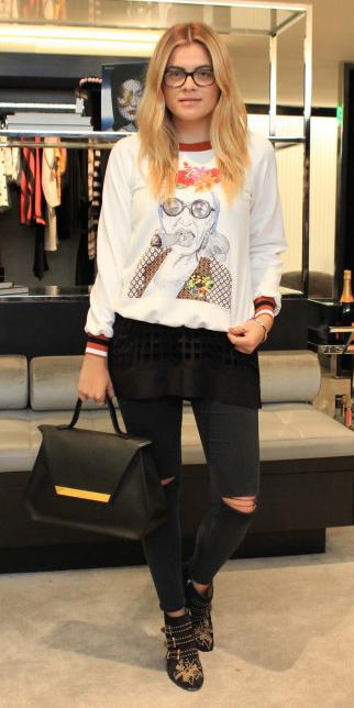 black-skinny-jeans-white-sweater-sweatshirt-graphic-blonde-black-bag-black-shoe-booties-fall-winter-lunch.jpg