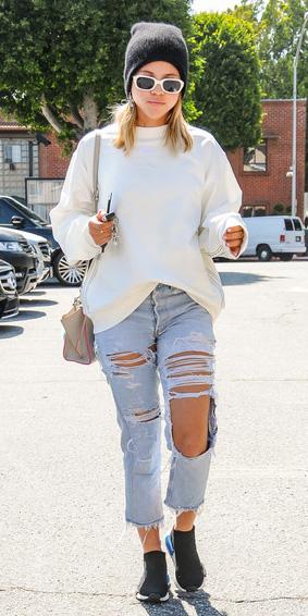 blue-light-boyfriend-jeans-white-sweater-sweatshirt-tan-bag-sun-blonde-beanie-black-shoe-sneakers-sofiarichie-fall-winter-weekend.jpg