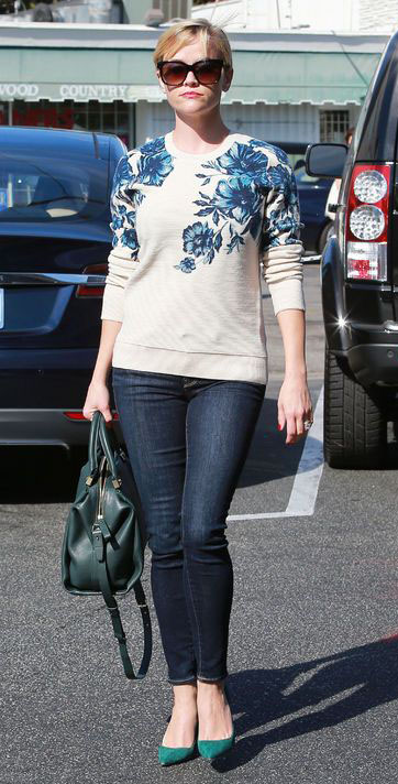 blue-navy-skinny-jeans-white-sweater-sweatshirt-bun-green-bag-green-shoe-pumps-reesewitherspoon-howtowear-style-spring-summer-blonde-work.jpg